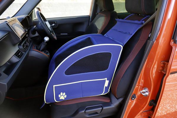 助手席に装着できる「ペットシートプラスわん」(1万9800円、価格は全て税込)