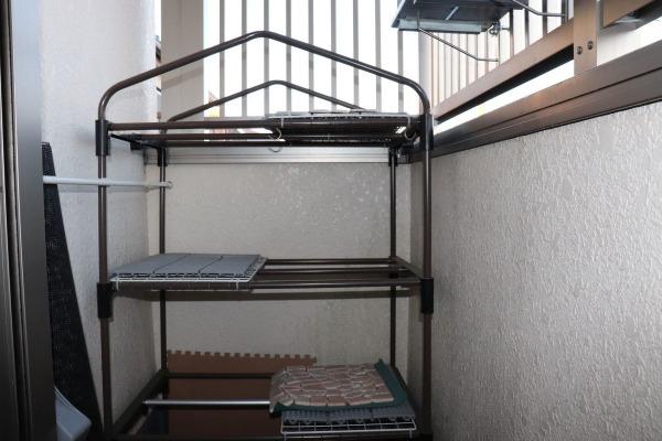 このタイプのビニールハウス(ミニ温室)の骨組みを利用してアクセス棚を設置