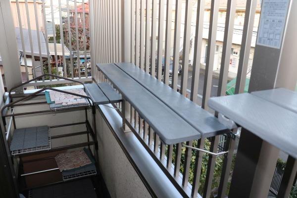 脱走防止フェンスにねこ棚をつける