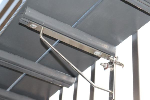 U字ボルトと平金武で棚を固定。フェンスに穴をあけてOKならタッピングまたはボルトで留める