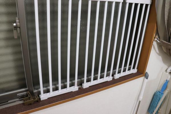 ねこDIY:つっぱり棚で脱出防止柵