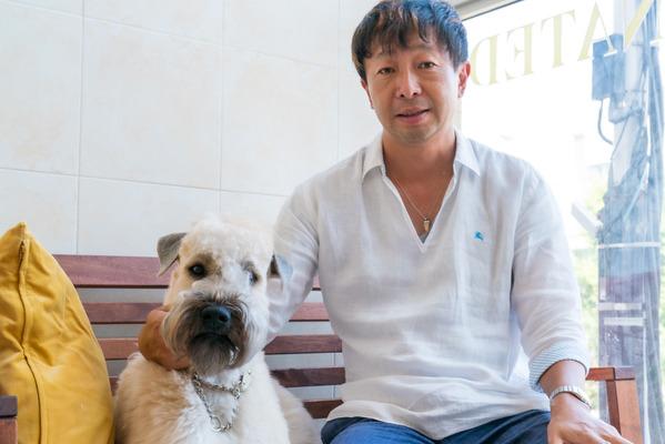 早河さんと愛犬「すすき」。アイリッシュ・ソフトコーテッド・ウィートン・テリアという珍しい大型のテリア