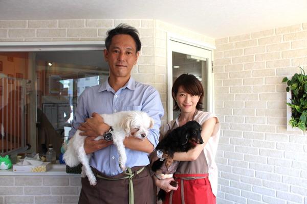 東京ペットホームを運営する合同会社・羽田ライフサービスの渡部帝(あきら)代表(左)とドッグホームの増見美佳マネージャー(右)